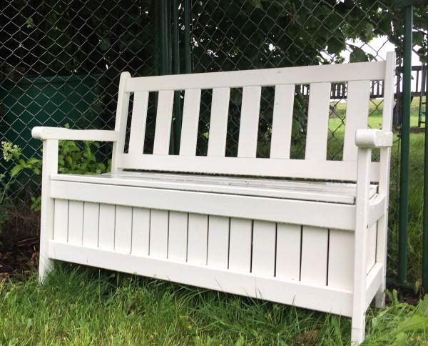 stabile weiße Bank mit großen Stauraum für Sitzauflagen unter der Sitzfläche